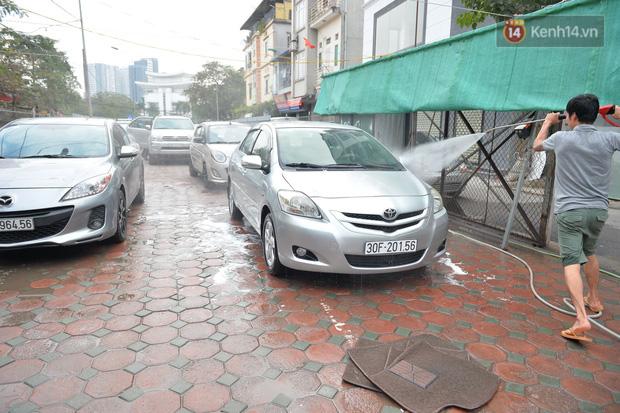Dịch vụ rửa xe hốt bạc ngày giáp Tết: Ô tô 250k còn xe máy 50k, nhân viên luôn chân tay nhưng khách vẫn xếp hàng dài chờ đến lượt - Ảnh 4.