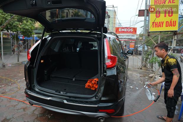 Dịch vụ rửa xe hốt bạc ngày giáp Tết: Ô tô 250k còn xe máy 50k, nhân viên luôn chân tay nhưng khách vẫn xếp hàng dài chờ đến lượt - Ảnh 5.
