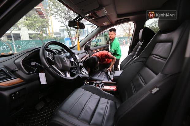 Dịch vụ rửa xe hốt bạc ngày giáp Tết: Ô tô 250k còn xe máy 50k, nhân viên luôn chân tay nhưng khách vẫn xếp hàng dài chờ đến lượt - Ảnh 6.