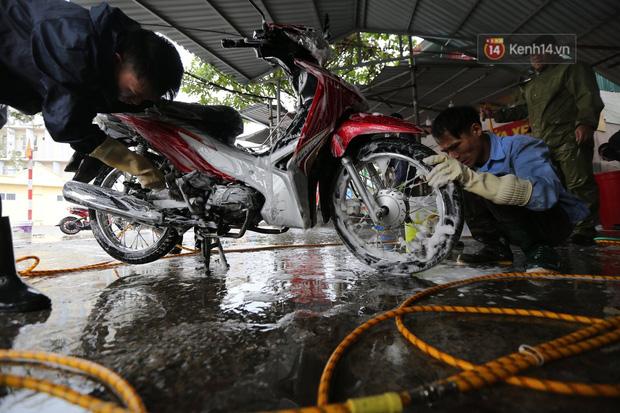 Dịch vụ rửa xe hốt bạc ngày giáp Tết: Ô tô 250k còn xe máy 50k, nhân viên luôn chân tay nhưng khách vẫn xếp hàng dài chờ đến lượt - Ảnh 9.