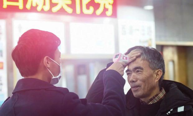 """Người dân Vũ Hán lo sợ khi bệnh viện quá tải: """"Virus truyền nhiễm có thể đang ở ngay bên cạnh mà bạn không biết""""  - Ảnh 2."""