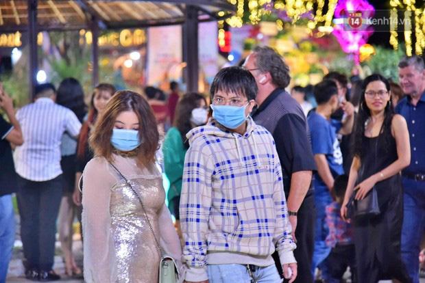 Trực tiếp đón giao thừa Tết Canh Tý 2020: Người Hà Nội đội mưa đón giao thừa, người Sài Gòn đeo khẩu trang chờ năm mới - Ảnh 1.