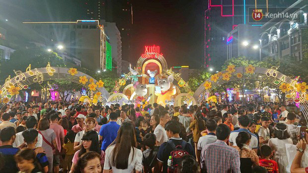 Trực tiếp đón giao thừa Tết Canh Tý 2020: Người Hà Nội đội mưa đón giao thừa, người Sài Gòn đeo khẩu trang chờ năm mới - Ảnh 2.