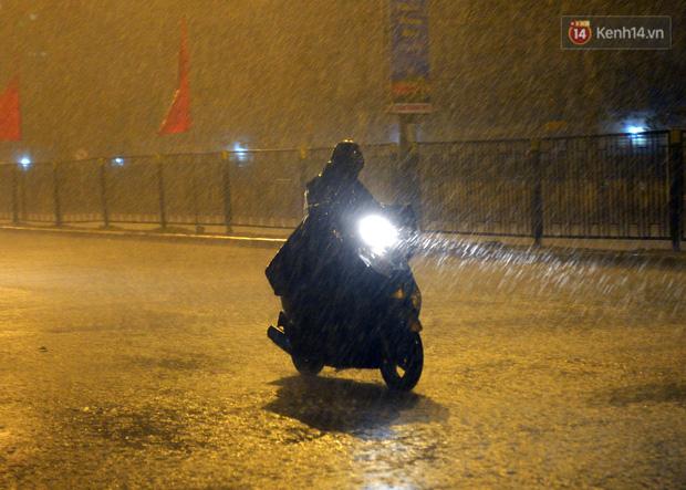 Lâu lắm rồi Hà Nội mới đón giao thừa trong tiết trời xấu thậm tệ, mưa xối xả cả ngày khiến đường ngập như sông - Ảnh 12.