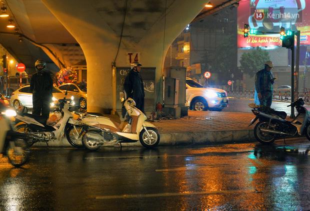 Lâu lắm rồi Hà Nội mới đón giao thừa trong tiết trời xấu thậm tệ, mưa xối xả cả ngày khiến đường ngập như sông - Ảnh 13.