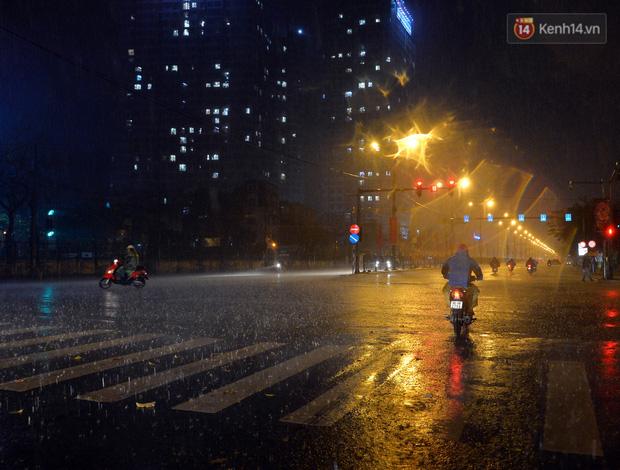 Lâu lắm rồi Hà Nội mới đón giao thừa trong tiết trời xấu thậm tệ, mưa xối xả cả ngày khiến đường ngập như sông - Ảnh 14.