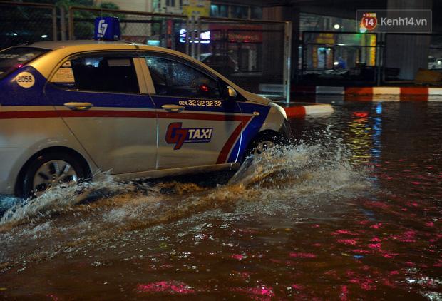 Lâu lắm rồi Hà Nội mới đón giao thừa trong tiết trời xấu thậm tệ, mưa xối xả cả ngày khiến đường ngập như sông - Ảnh 4.