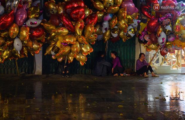 Lâu lắm rồi Hà Nội mới đón giao thừa trong tiết trời xấu thậm tệ, mưa xối xả cả ngày khiến đường ngập như sông - Ảnh 7.