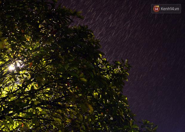 Lâu lắm rồi Hà Nội mới đón giao thừa trong tiết trời xấu thậm tệ, mưa xối xả cả ngày khiến đường ngập như sông - Ảnh 8.