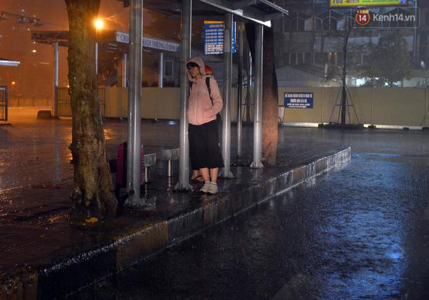 Lâu lắm rồi Hà Nội mới đón giao thừa trong tiết trời xấu thậm tệ, mưa xối xả cả ngày khiến đường ngập như sông - Ảnh 10.