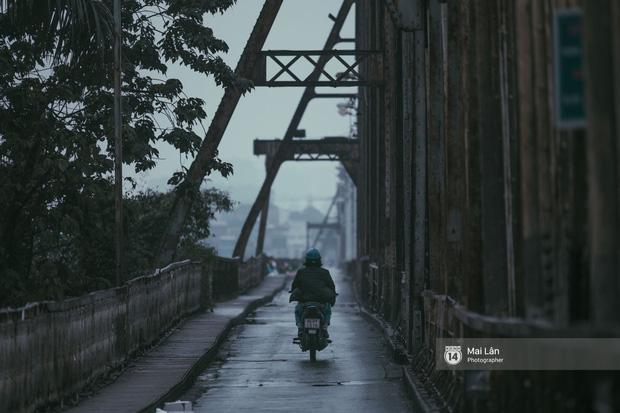 Hà Nội sáng mùng 1 Tết Canh Tý: Sau trận mưa lớn đêm 30, đường phố vắng vẻ như trong cuốn phim cũ nhuốm màu thời gian - Ảnh 2.
