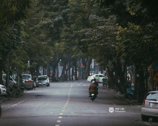 Hà Nội sáng mùng 1 Tết Canh Tý: Sau trận mưa lớn đêm 30, đường phố vắng vẻ như trong cuốn phim cũ nhuốm màu thời gian - Ảnh 16.