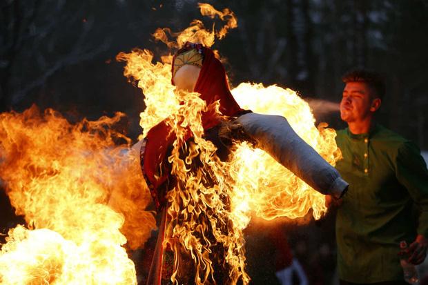 Truyền thống cầu may đón năm mới siêu thú vị của các nước trên thế giới: Từ vẽ búp bê đến kiêng gội đầu, có nước còn... hỏa thiêu hình nộm - Ảnh 7.