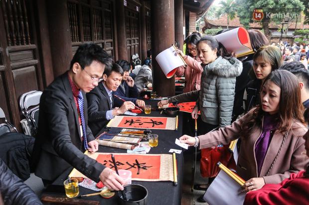 Ảnh: Chen chân xin chữ đầu năm mới tại Văn Miếu - Quốc Tử Giám - Ảnh 2.
