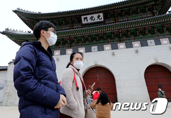 Hàn Quốc ảm đạm sau kì nghỉ Tết Nguyên đán khi già trẻ lớn bé đều sợ dịch viêm phổi Vũ Hán, du khách Trung Quốc mang quà đặc biệt về nước  - Ảnh 2.