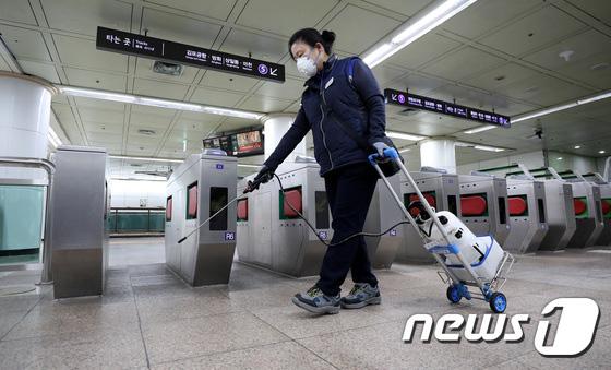 Hàn Quốc ảm đạm sau kì nghỉ Tết Nguyên đán khi già trẻ lớn bé đều sợ dịch viêm phổi Vũ Hán, du khách Trung Quốc mang quà đặc biệt về nước  - Ảnh 12.