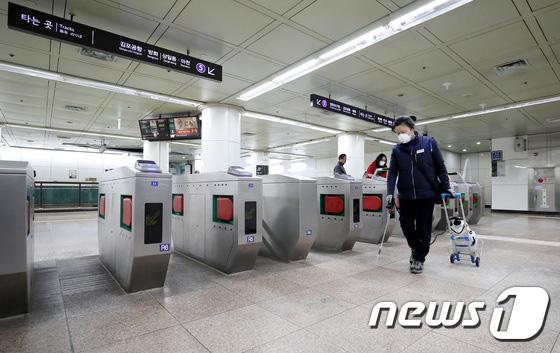 Hàn Quốc ảm đạm sau kì nghỉ Tết Nguyên đán khi già trẻ lớn bé đều sợ dịch viêm phổi Vũ Hán, du khách Trung Quốc mang quà đặc biệt về nước  - Ảnh 14.