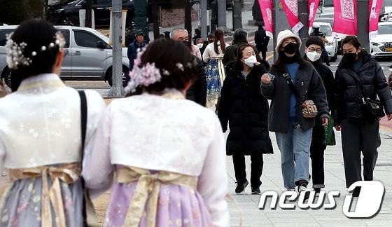 Hàn Quốc ảm đạm sau kì nghỉ Tết Nguyên đán khi già trẻ lớn bé đều sợ dịch viêm phổi Vũ Hán, du khách Trung Quốc mang quà đặc biệt về nước  - Ảnh 3.