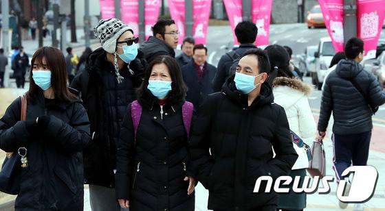 Hàn Quốc ảm đạm sau kì nghỉ Tết Nguyên đán khi già trẻ lớn bé đều sợ dịch viêm phổi Vũ Hán, du khách Trung Quốc mang quà đặc biệt về nước  - Ảnh 4.