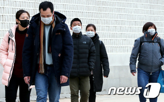 Hàn Quốc ảm đạm sau kì nghỉ Tết Nguyên đán khi già trẻ lớn bé đều sợ dịch viêm phổi Vũ Hán, du khách Trung Quốc mang quà đặc biệt về nước  - Ảnh 5.