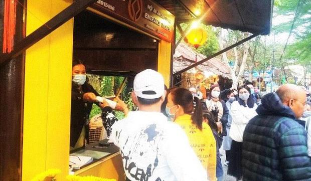 Hội An phát miễn phí khẩu trang y tế cho du khách để phòng tránh virus Corona - Ảnh 1.