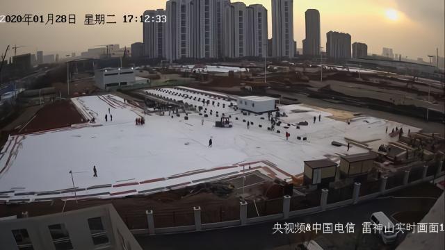 Hàng triệu người Trung Quốc thức trắng đêm xem livestream quá trình xây dựng bệnh viện dã chiến chống virus corona - Ảnh 2.