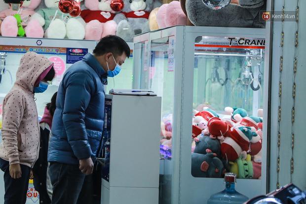 Hiệu thuốc ở Hà Nội cháy hàng khẩu trang y tế, người dân đi uống cafe cũng bịt mặt kín mít vì lo sợ virus Corona - Ảnh 7.