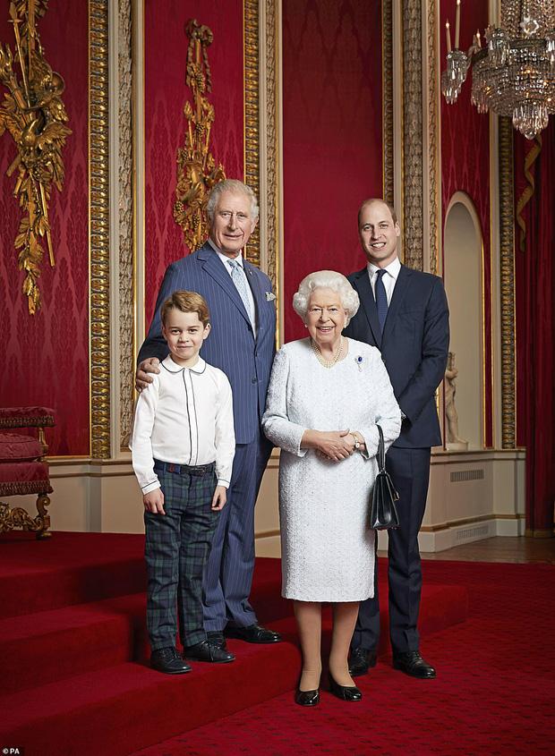 Hoàng gia Anh đăng ảnh Nữ hoàng cùng 3 người thừa kế mừng thập kỷ mới, Hoàng tử Geogre gây chú ý với vẻ trưởng thành sau 4 năm - Ảnh 1.