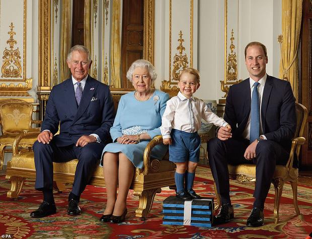 Hoàng gia Anh đăng ảnh Nữ hoàng cùng 3 người thừa kế mừng thập kỷ mới, Hoàng tử Geogre gây chú ý với vẻ trưởng thành sau 4 năm - Ảnh 2.