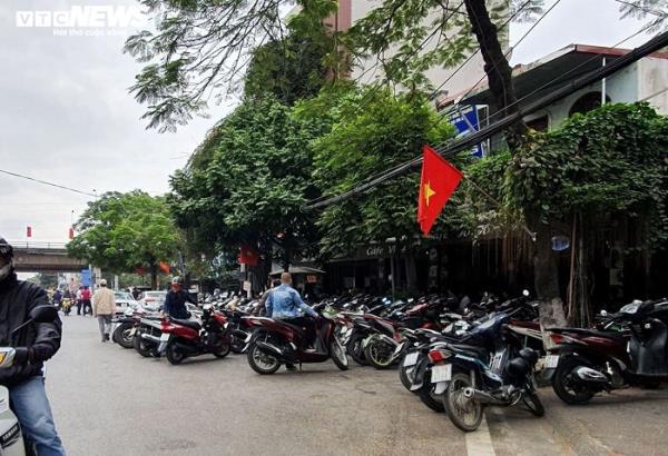 Sau chỉ đạo của thành phố, vỉa hè nhiều tuyến phố Hải Phòng vẫn bị bức tử - Ảnh 2.