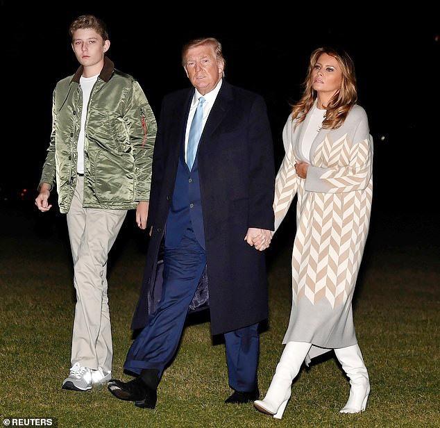 Quý tử nhà Trump trở về Nhà Trắng cùng cha mẹ sau kỳ nghỉ, tiếp tục làm lu mờ Tổng thống Mỹ bởi chiều cao phát triển đáng kinh ngạc - Ảnh 1.