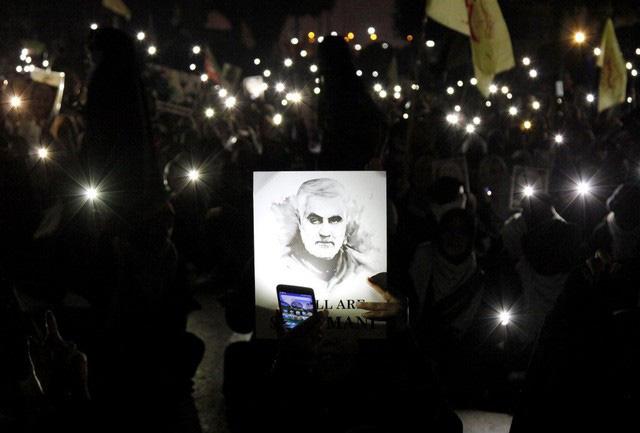 Lạnh người hình ảnh hàng triệu người trút giận dữ vào nước Mỹ tại đám tang tướng Iran bị ám sát - Ảnh 1.