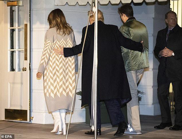 Quý tử nhà Trump trở về Nhà Trắng cùng cha mẹ sau kỳ nghỉ, tiếp tục làm lu mờ Tổng thống Mỹ bởi chiều cao phát triển đáng kinh ngạc - Ảnh 3.