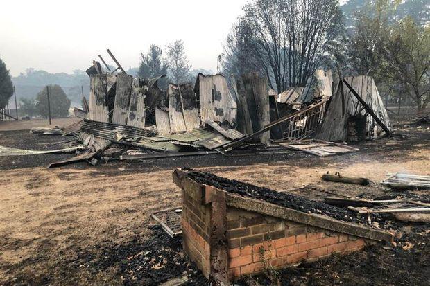 Cháy rừng ở Úc nóng đến nỗi tạo ra cả sấm và chớp giật đùng đùng - Ảnh 3.