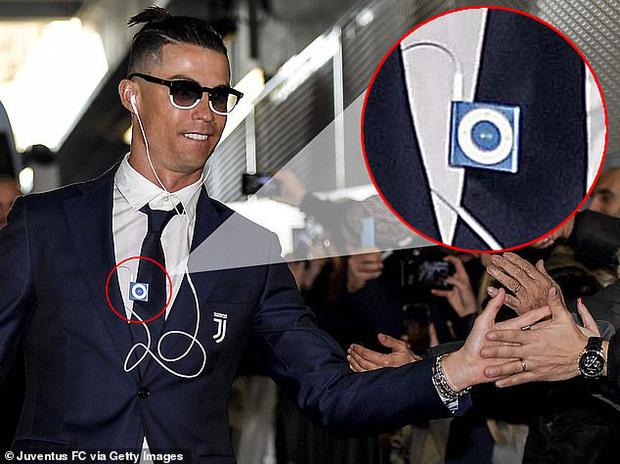 Lương lên tới hơn 800 tỷ/năm, Ronaldo vẫn khiến tất cả sốc nặng khi dùng tai nghe có dây và máy nghe nhạc rẻ tiền đã dừng sản xuất - Ảnh 1.