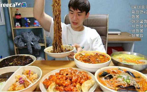 Mukbang: Trào lưu ăn cho người khác xem mang lại thu nhập hàng trăm triệu mỗi tháng nhưng đằng sau lại là góc khuất về sự cô đơn không ai biết - Ảnh 1.