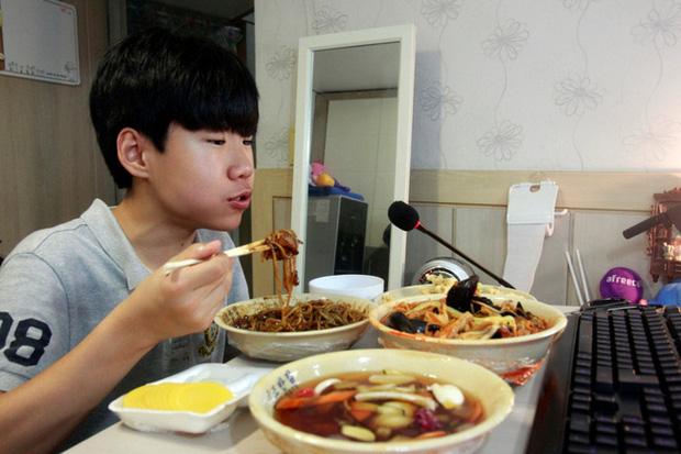 Mukbang: Trào lưu ăn cho người khác xem mang lại thu nhập hàng trăm triệu mỗi tháng nhưng đằng sau lại là góc khuất về sự cô đơn không ai biết - Ảnh 8.