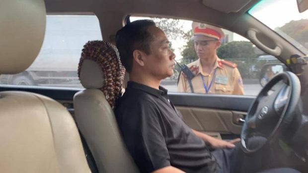 Tài xế cố thủ trên ô tô liên tục uống nước, 3 tiếng sau mới xuống xe không phát hiện nồng độ cồn - Ảnh 2.