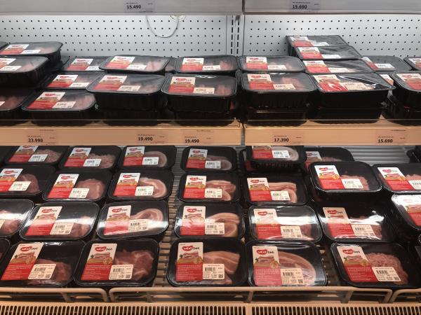 Siêu thị Hà Nội vắng bóng thịt lợn nhập khẩu giá rẻ - Ảnh 1.
