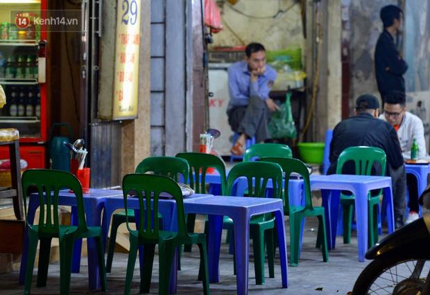 Ảnh: Phố nhậu có tiếng Hà Nội dần vắng vẻ, người dân tán thưởng nghị định mới về xử phạt nồng độ cồn - Ảnh 1.