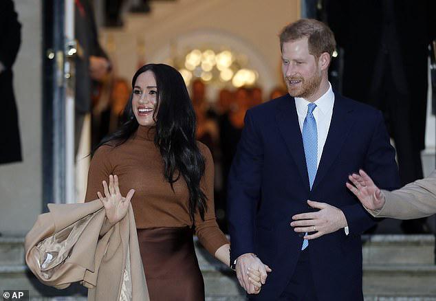 Meghan Markle lộ ảnh xuất hiện bí mật giữa lùm xùm tách khỏi hoàng gia Anh, không hề đeo nhẫn cưới và bị chỉ trích đã hủy hoại Hoàng tử Harry - Ảnh 2.