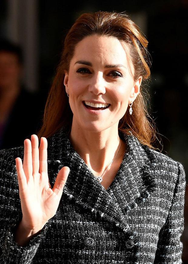 """Công nương Kate đột nhiên tháo nhẫn đính hôn trong sự kiện gần đây: Tưởng cô """"dỗi"""" chồng, hóa ra là vì lý do rất cảm động - Ảnh 4."""