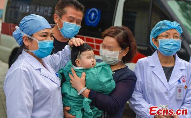 [TIN VUI] Bệnh nhân nhỏ tuổi nhất nhiễm virus corona tại tỉnh Hải Nam (Trung Quốc) được xuất viện - Ảnh 1.