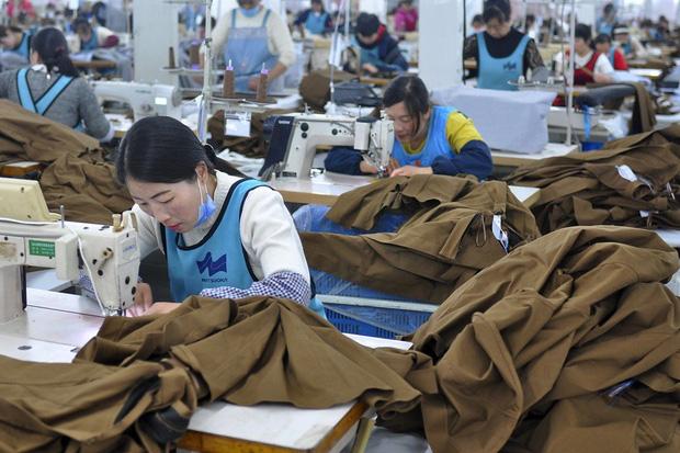 Công xưởng thế giới khốn khổ vì bão virus corona, các thương hiệu thời trang xa xỉ sẽ phải tồn tại như thế nào? - Ảnh 4.