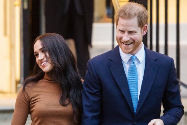 Cú sốc hoàng gia: Vợ chồng Meghan Markle sa thải 15 nhân viên ở Anh, đóng cửa văn phòng tại Cung điện Buckingham - Ảnh 1.