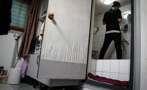 Nhà bán ngầm ở Seoul: Nơi người trẻ khom lưng mà sống, 'mùi của cái nghèo' rõ nhất vào hè nhưng họ vẫn từ chối biến thành 'ký sinh trùng' - Ảnh 1.