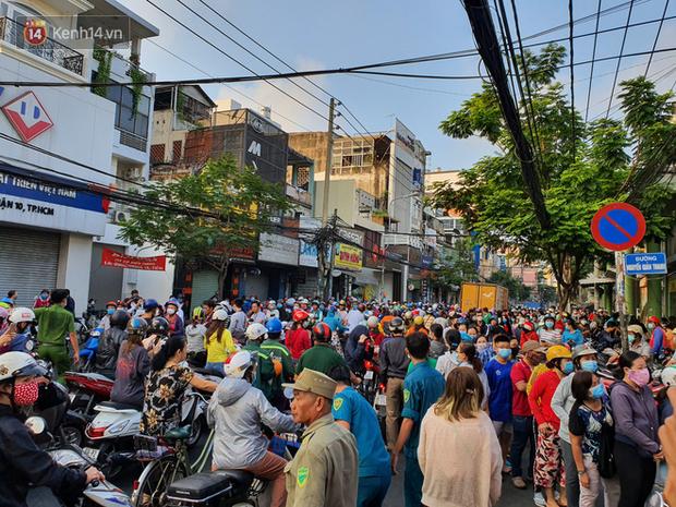 Ảnh: Vạ vật xếp hàng dài cả cây số từ sáng sớm để mua khẩu trang vẫn không được, người Sài Gòn ngán ngẩm ra về - Ảnh 1.