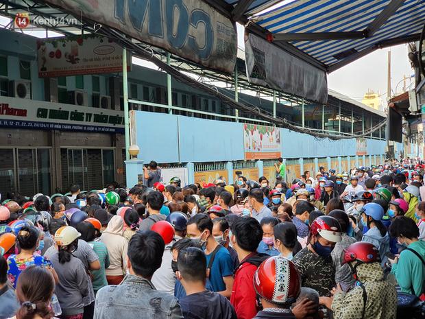 Ảnh: Vạ vật xếp hàng dài cả cây số từ sáng sớm để mua khẩu trang vẫn không được, người Sài Gòn ngán ngẩm ra về - Ảnh 3.