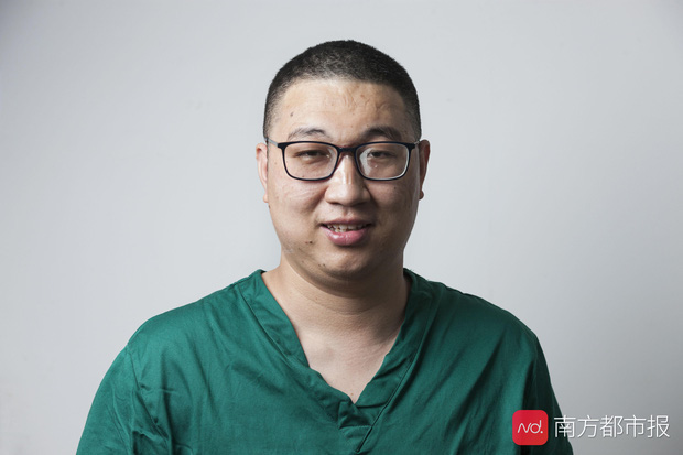 Nỗi lòng y bác sĩ Vũ Hán khi mặc đồ bảo hộ: Nóng bức như tắm hơi, ám ảnh đến muốn nôn nhưng không thể vì sợ phí trang phục - Ảnh 4.