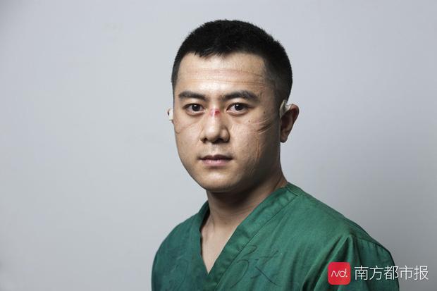 Nỗi lòng y bác sĩ Vũ Hán khi mặc đồ bảo hộ: Nóng bức như tắm hơi, ám ảnh đến muốn nôn nhưng không thể vì sợ phí trang phục - Ảnh 7.